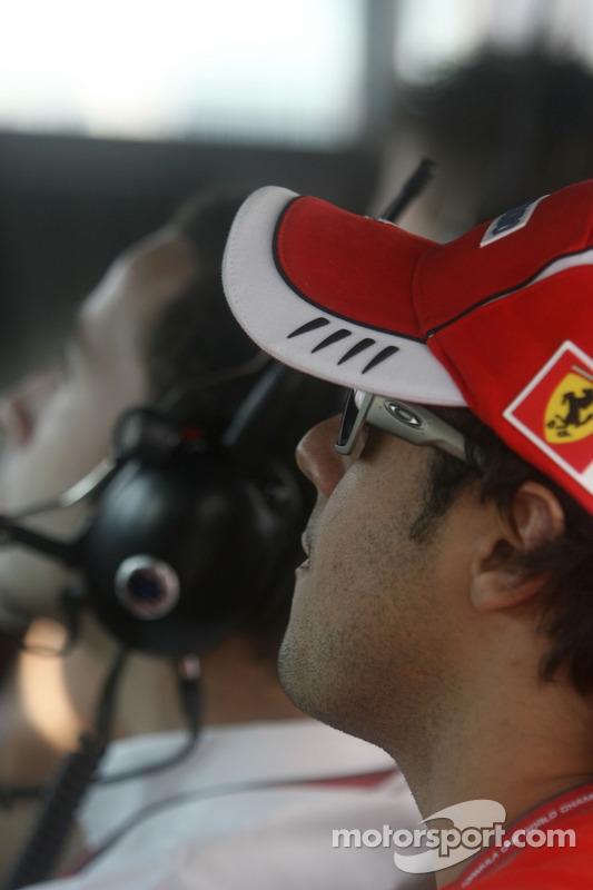 Felipe Massa regarde la course GP2 avec Nicolas Todt