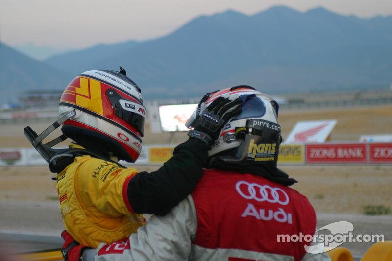 Lucas Luhr et Emanuele Pirro s'embrassent après une lutte à l'arrivée