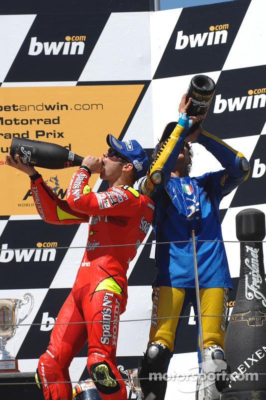 Podium: champagne pour Valentino Rossi et Marco Melandri