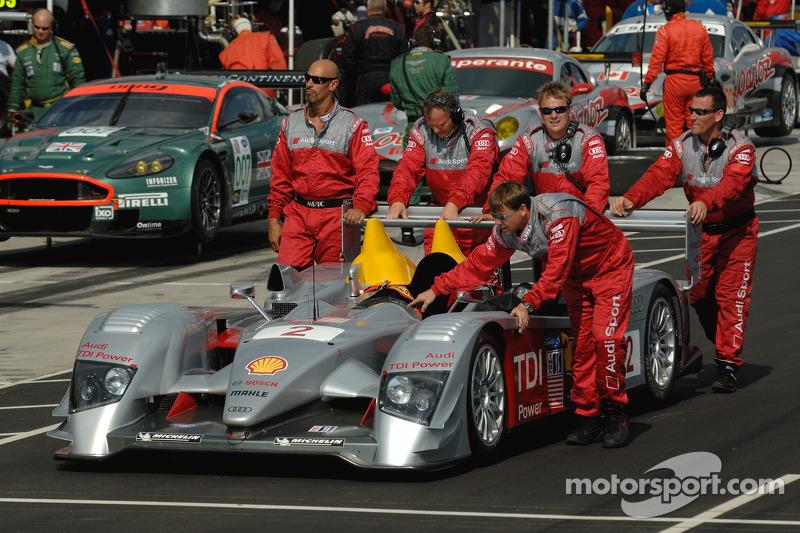 Des membres de l'équipe Audi Sport North America roulent la #2 Audi R10 TDI Power