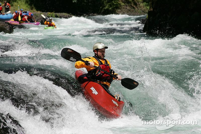 Un kayakiste se joint
