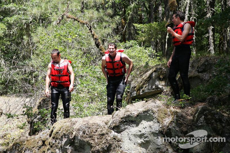 Darren Turner, Gunnar Jeannette et Tom Milner sur le point de plonger d'une falaise