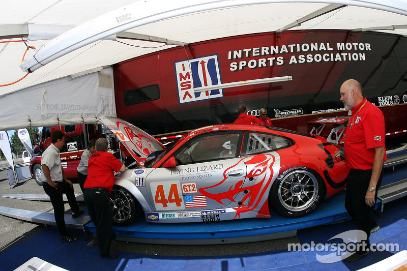 Flying Lizard Motorsports Porsche 911 GT3 RSR à l'inspection technique