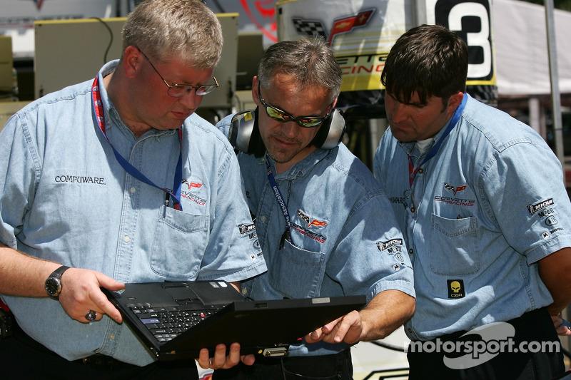 Des membres de l'équipe Corvette Racing au travail