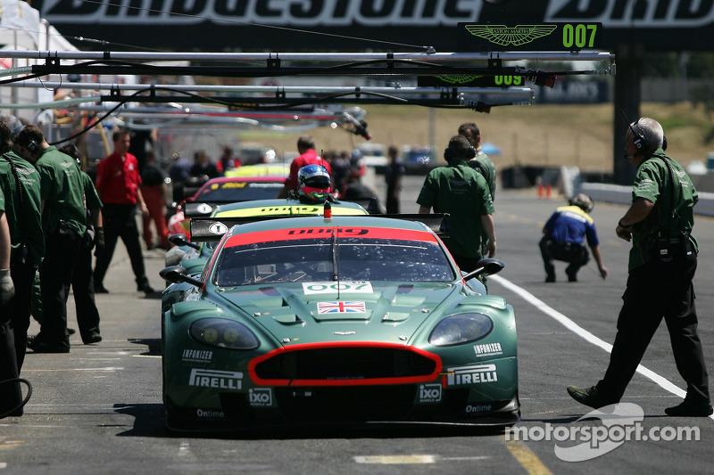 L'Aston Martin DB9 sur la ligne des stands