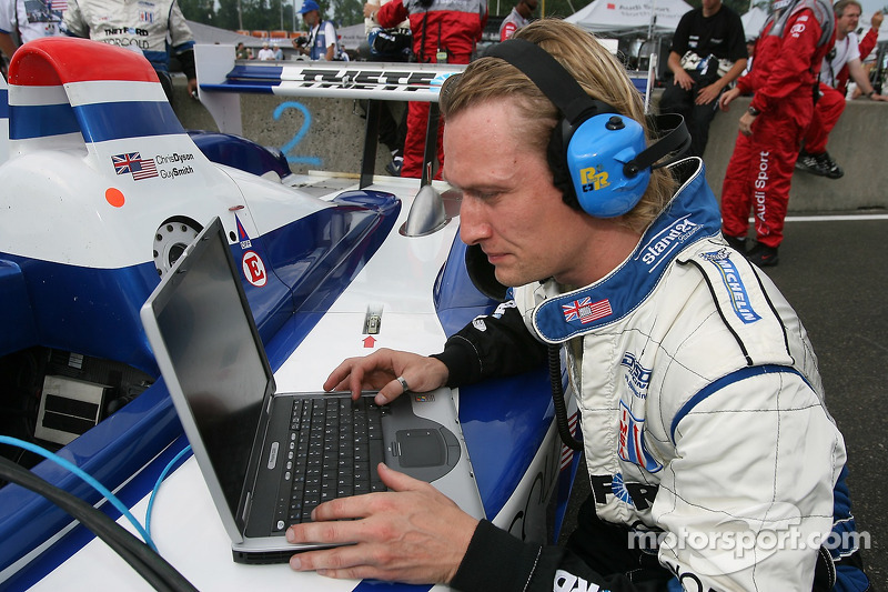 L'équipe Dyson Racing au travail