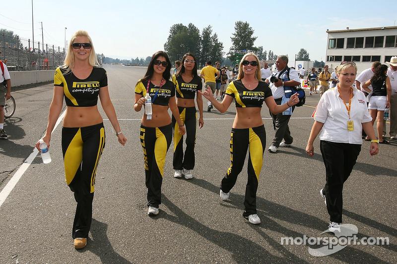 Des jeunes femmes Pirelli font leur entrée sur la grille de départ