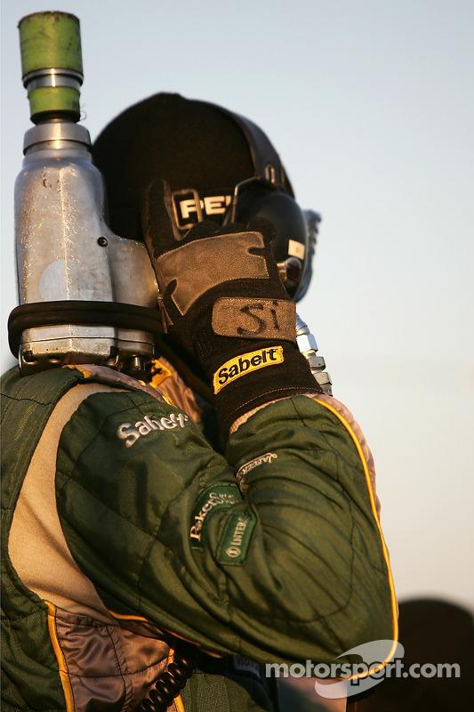 Un membre de l'équipe Aston Martin Racing prêt pour l'arrêt au stand