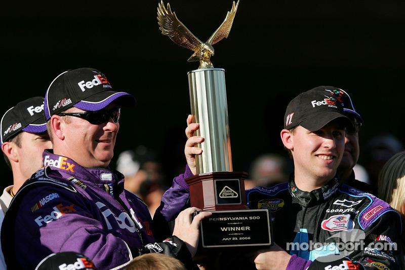 Ligne de la victoire: Denny Hamlin et son chef d'équipe Mike Ford fêtent leur victoire