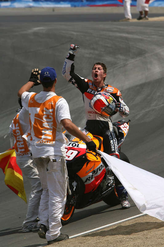 Ganador de la carrera Nicky Hayden celebra