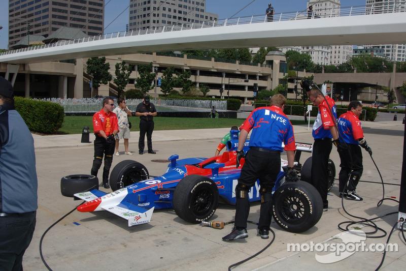 Démonstration d'arrêt au stand pour Marco Andretti au Musée d'Art de Milwaukee