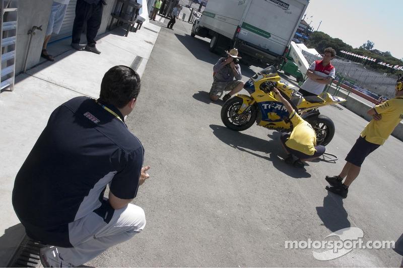 Ralph Shaheen de SpedeTV observa al equipo Yamaha en el trabajo