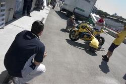 Ральф Шахин на SpedeTV смотрит за работой команды Yamaha