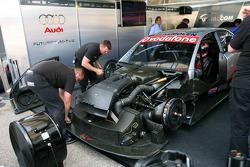 Des mécaniciens travaillent sur la voiture de Jeroen Bleekemolen