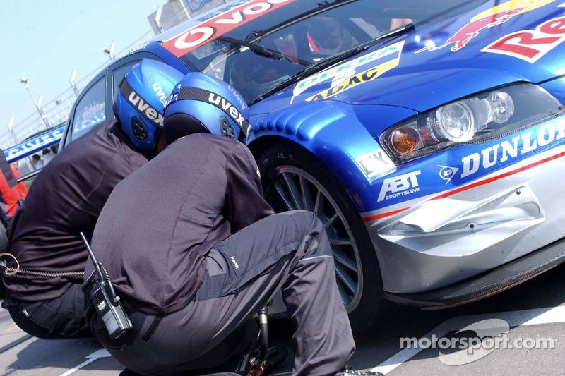 Changement de pneus pour Mattias Ekström