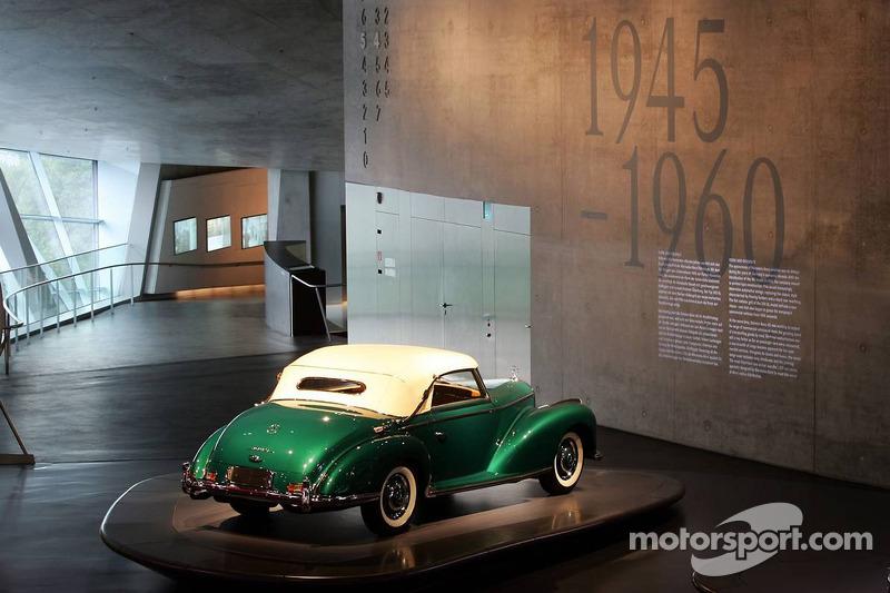 Evénement média de DaimlerChrysler Mercedes: une voiture historique dans le musée Mercedes-Benz à Stuttgart