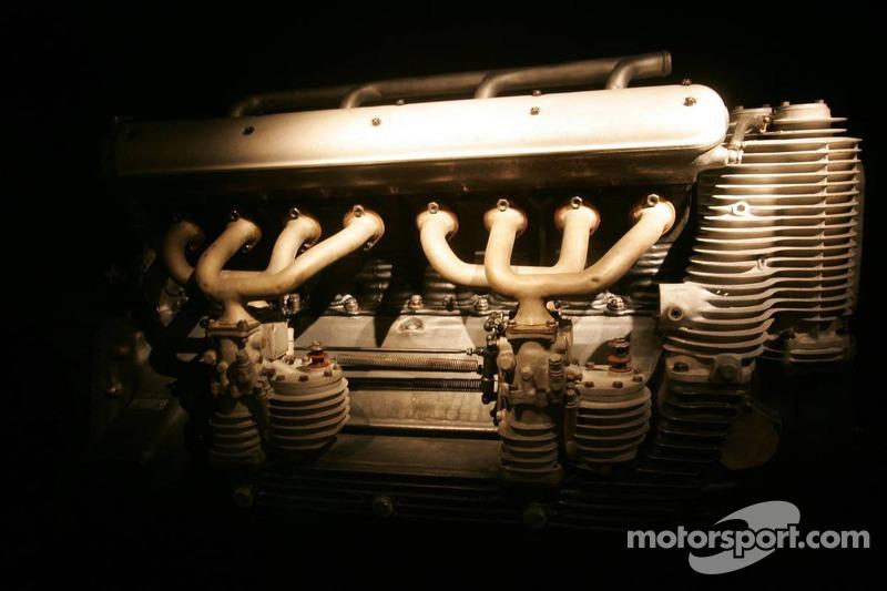 Evénement média de DaimlerChrysler Mercedes: un moteur Mercedes-Benz M 25 E Grand Prix dans le musée Mercedes-Benz à Stuttgart