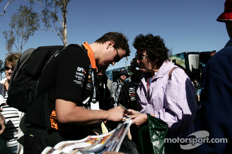 Steven Johnson signe des autographes