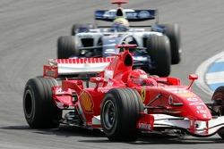 Michael Schumacher por delante de Mark Webber
