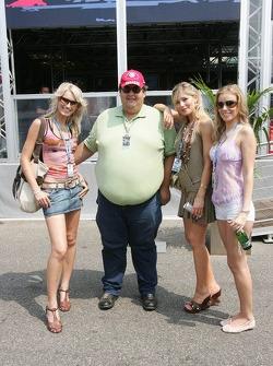 Un fan de Michael Schumacher con las chicas fórmula Unas