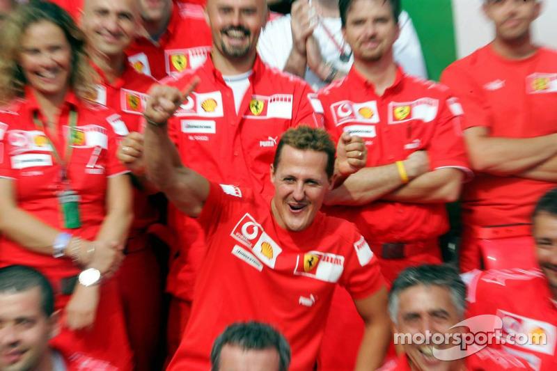 Le vainqueur de la course Michael Schumacher avec son équipe