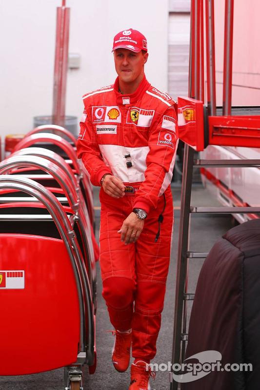 Michael Schumacher abandona el garaje después de no clasificarse para la Q3