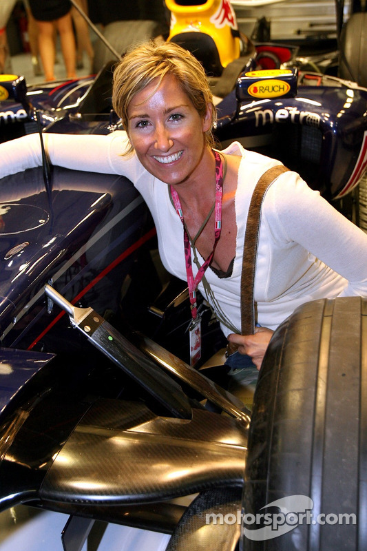 Kati Bellowitsch en el garaje de Red Bull Racing