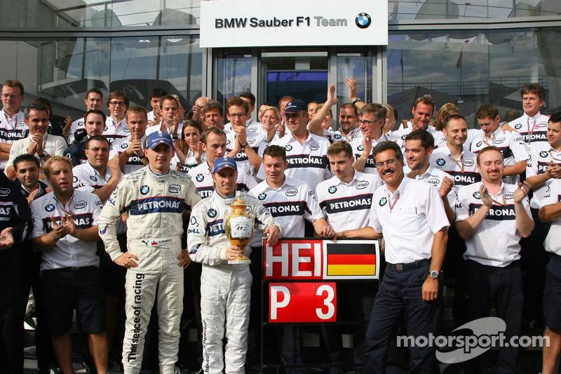 Nick Heidfeld celebrar 3er lugar final con Robert Kubica, Dr. Mario Theissen y BMW Sauber F1 los mie