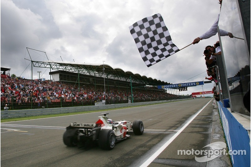 Jenson Button se lleva la bandera a cuadros