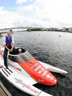 Mikko Hirvonen est pris pour un tour à grande vitesse dans un bateau à moteur autour d'un des célèbres lacs de la Finlande par Sami Selio