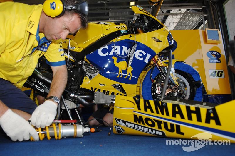 Miembro del equipo de Yamaha Camel en el trabajo