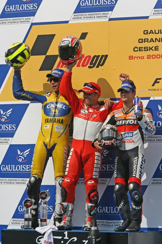 Podio: gandor de la carrera Loris Capirossi con Valentino Rossi y Dani Pedrosa