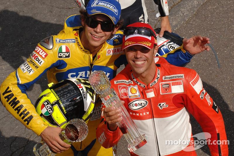 Podio: el ganador, Loris Capirossi, junto a Valentino Rossi