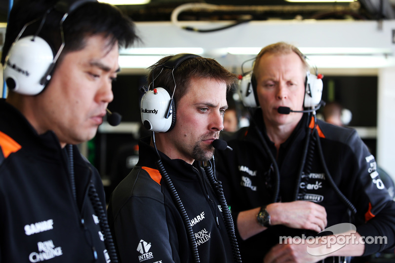 Jun Matsuzaki, Sahara Force India F1 Team, Leitender Reifeningenieur, mit Mark Gray, Sahara Force India F1 Team, und Andrew Green, Sahara Force India F1 Team, Technischer Direktor