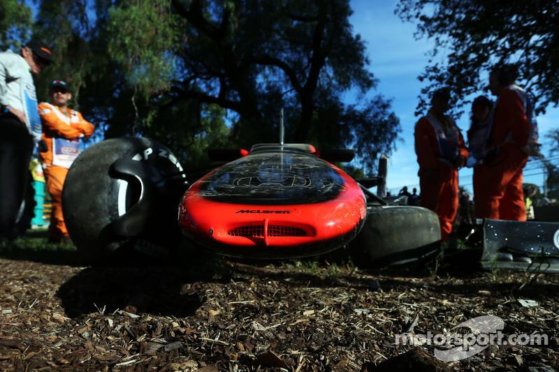 Der beschädigte McLaren MP4-30 von Kevin Magnussen, McLaren, nach seinem Unfall