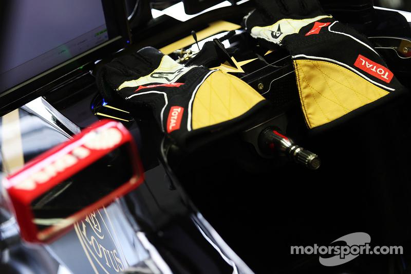 Romain Grosjean, Lotus F1 Team - racing gloves