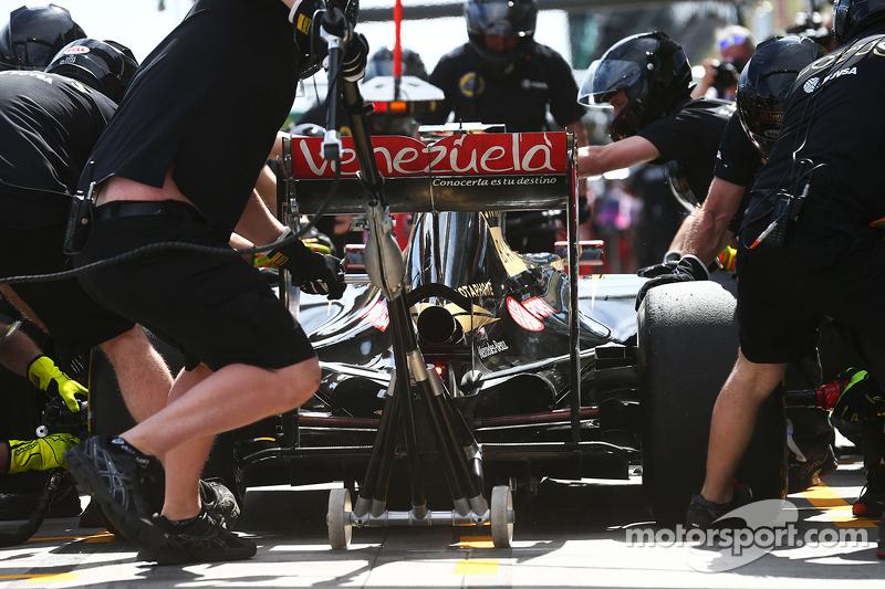 Romain Grosjean, Lotus F1 E23, beim Reifenwechsel-Training