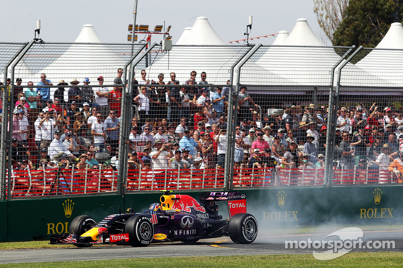 Daniil Kvyat, Red Bull Racing RB11, verbremst sich