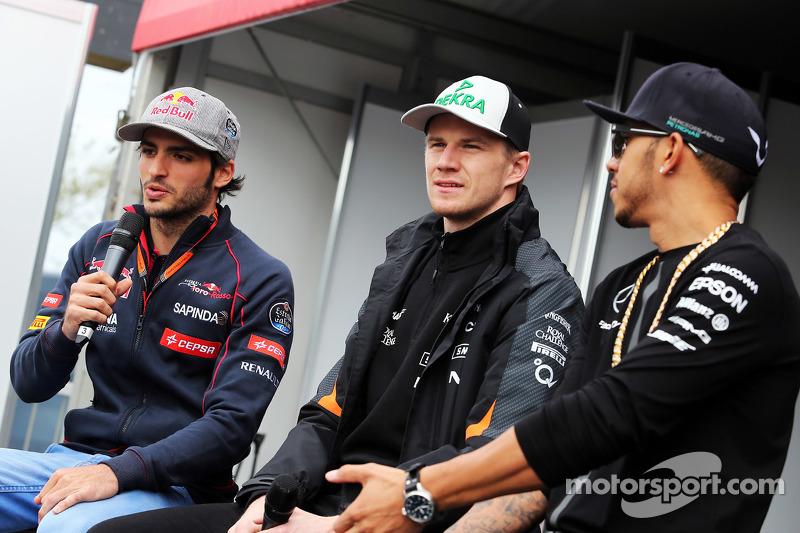 (da sinistra a destra): Carlos Sainz Jr., Scuderia Toro Rosso; Nico Hulkenberg, Sahara Force India F
