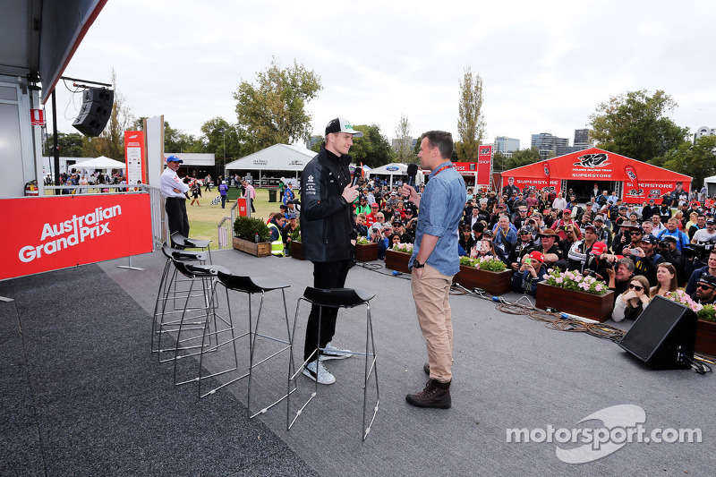 (Kiri ke Kanan): Nico Hulkenberg, Sahara Force India F1 dengan Will Buxton, Presenter NBC Sports Network TV Presenter di Autograph Stage