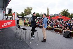 (من اليسار إلى اليمين): نيكو هلكنبرغ، سهارا فورس إنديا إف1 مع ويل باكستون، المذيع التلفزيوني لشبكة إن بي سي الرياضة خلال جلسة التواقيع الشخصية