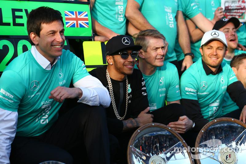 1. Lewis Hamilton, Mercedes AMG F1, feiert mit dem Team