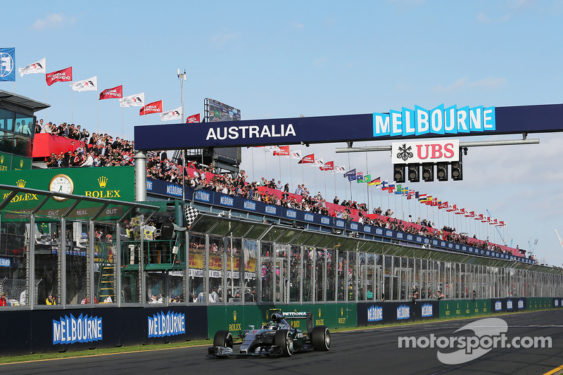 Peringkat kedua Nico Rosberg, Mercedes AMG F1 W06 melintas garis finish di akhir balapan
