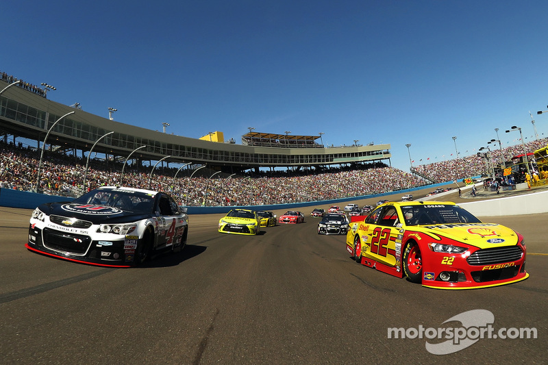 Kevin Harvick, Stewart-Haas Racing Chevrolet and Joey Logano, Team Penske Ford lead the field to gre