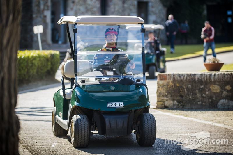 Daniel Ricciardo, Red Bull Racing, spielt Golf mit Daniil Kvyat, Red Bull Racing