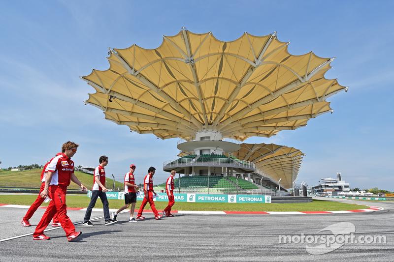 Sebastian Vettel, Ferrari, dan Esteban Gutierrez, Ferrari Test, dan Reserve Driver walk the circuit
