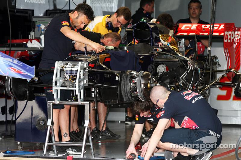 Der Scuderia Toro Rosso STR10 wird in der Box vorbereitet
