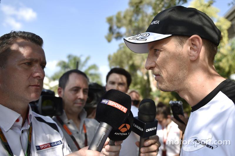 Jenson Button, McLaren bersama Craig Slater, Sky F1 Reporter