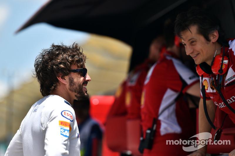 (Kiri ke Kanan): Fernando Alonso, McLaren dengan Massimo Rivola, Ferrari Sporting Director