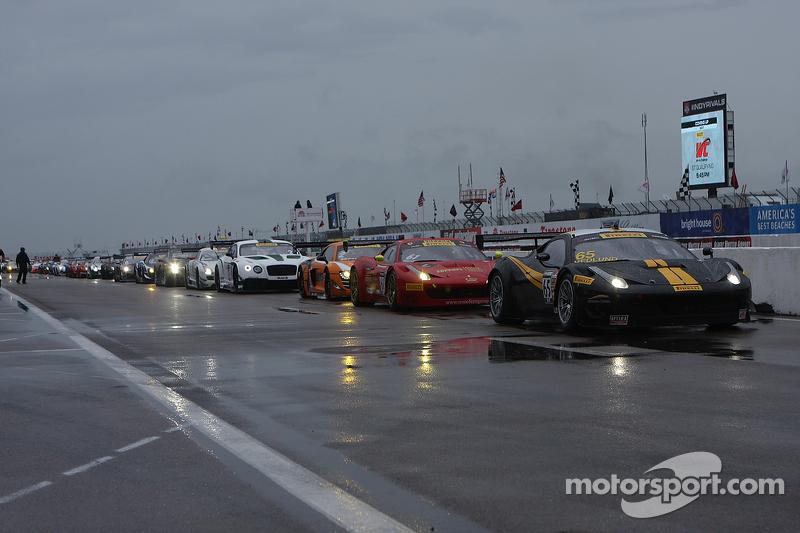 Mobil-mobil berbaris di pit lane